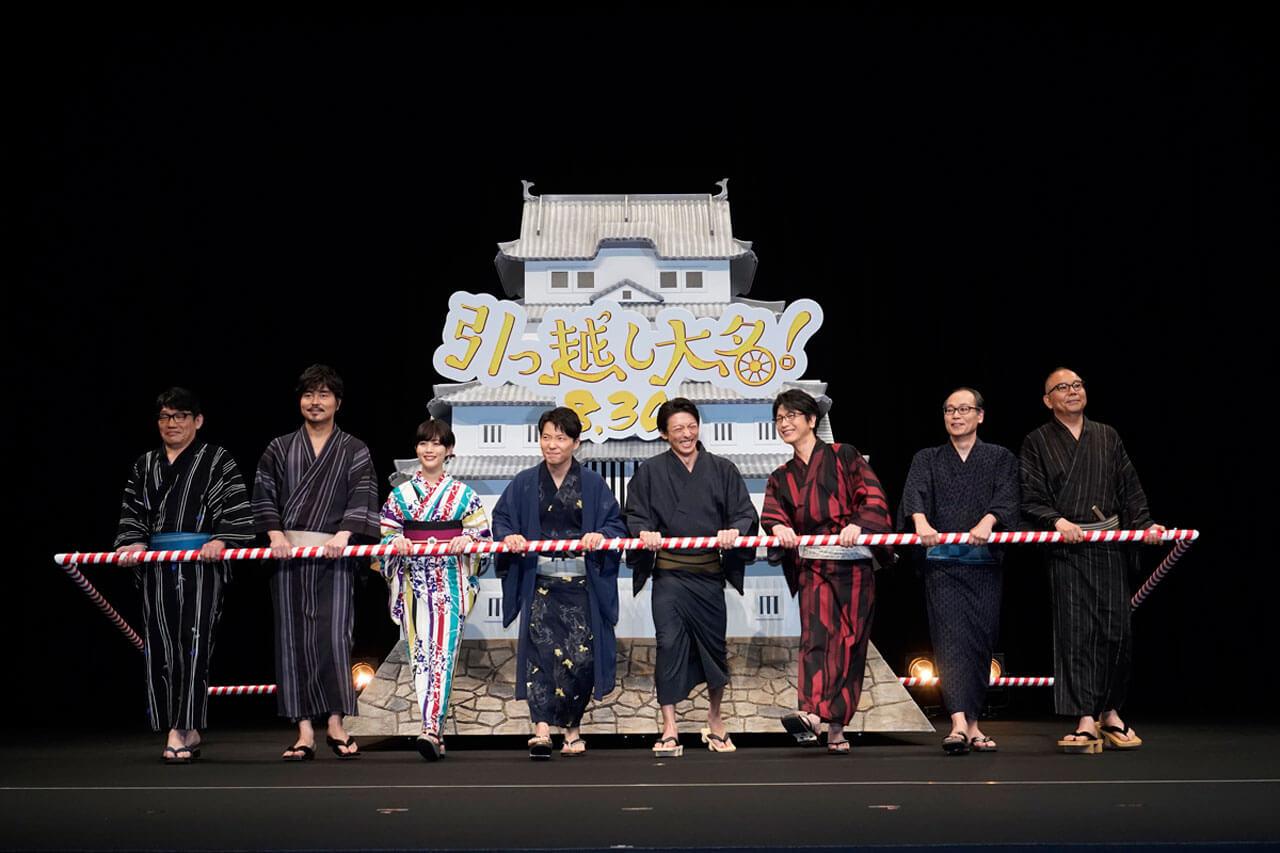 高さ3メートル超の巨大な姫路城を引っ張る演出でステージに登場