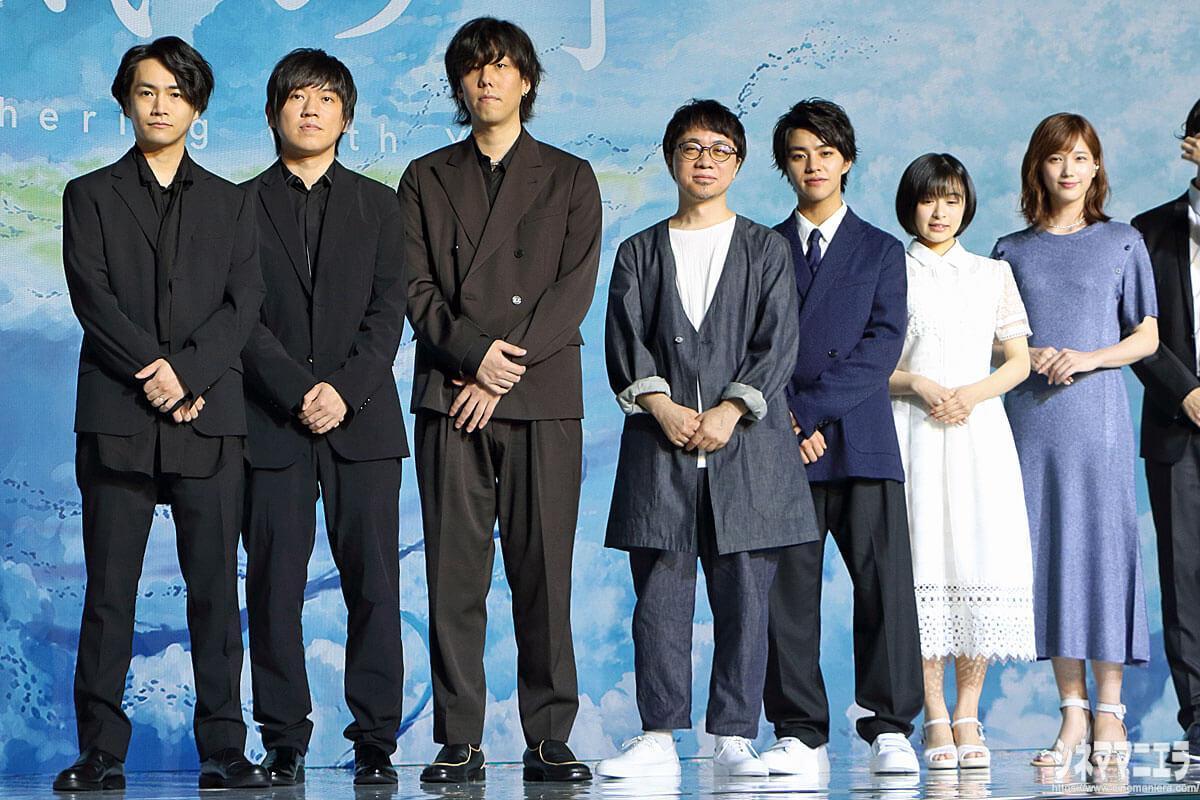 左からRADWIMPS(武田祐介、桑原彰、野田洋次郎)、新海誠監督、醍醐虎汰朗、森七菜、本田翼