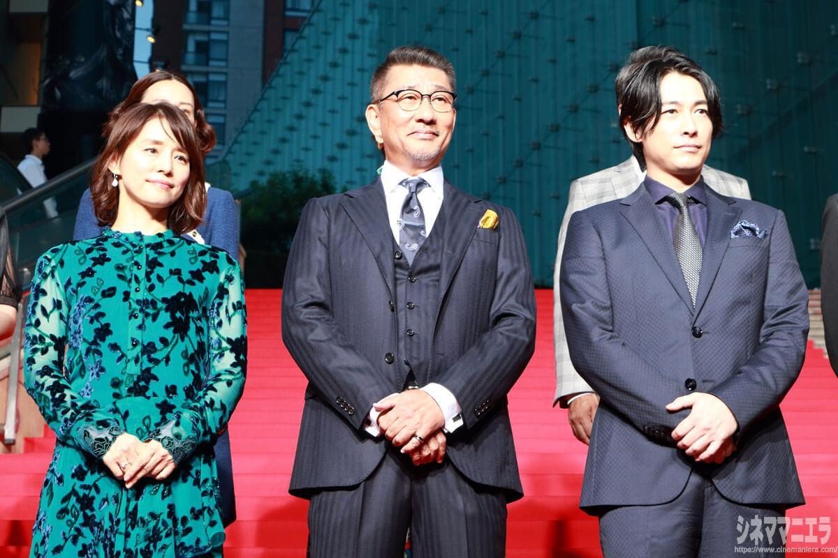 左から総理夫人・石田ゆり子、総理大臣・中井貴一、首相秘書官・ディーン・フジオカ