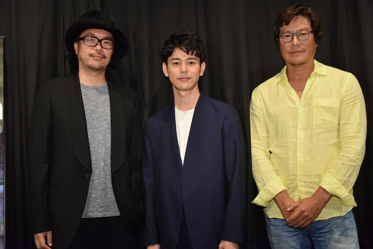 左から半野喜弘監督、妻夫木聡、豊川悦司