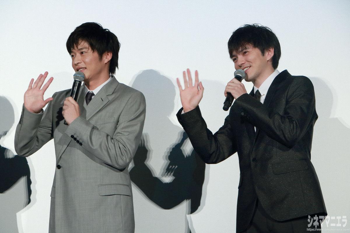 中継カメラに手をふる田中圭と林遣都