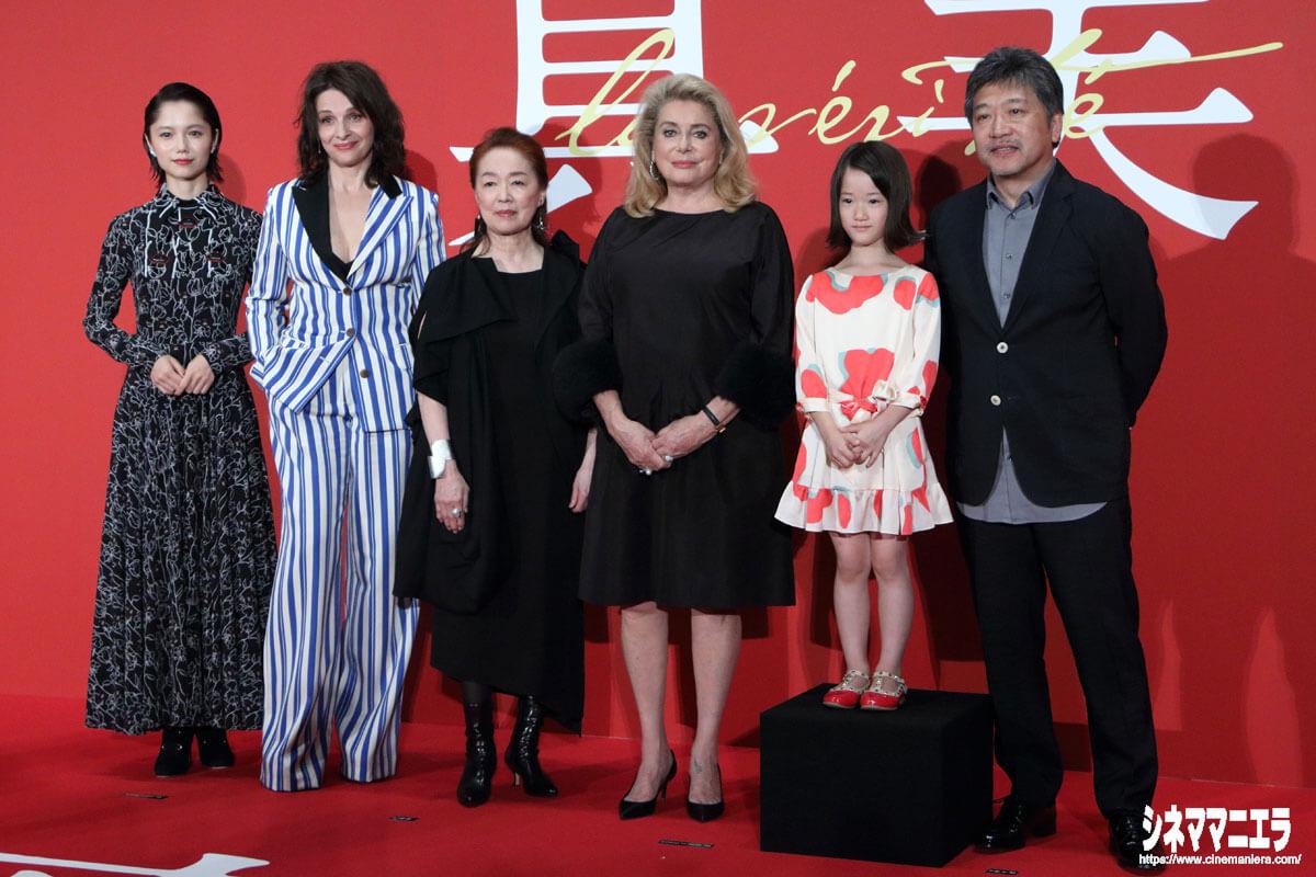 左から宮﨑あおい、ジュリエット・ビノシュ、宮本信子、カトリーヌ・ドヌーヴ、佐々木みゆ、是枝裕和監督