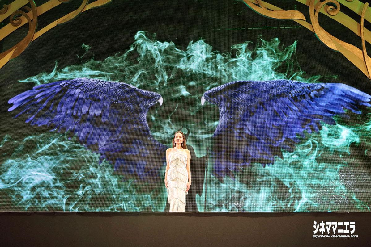 マレフィセントが翼を広げた演出をバックにアンジー登場!