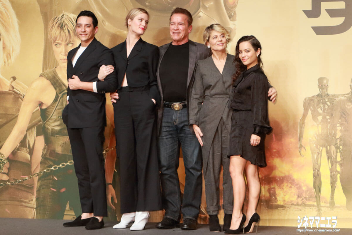 左からガブリエル・ルナ、マッケンジー・デイヴィス、アーノルド・シュワルツェネッガー、リンダ・ハミルトン、ナタリア・レイエス