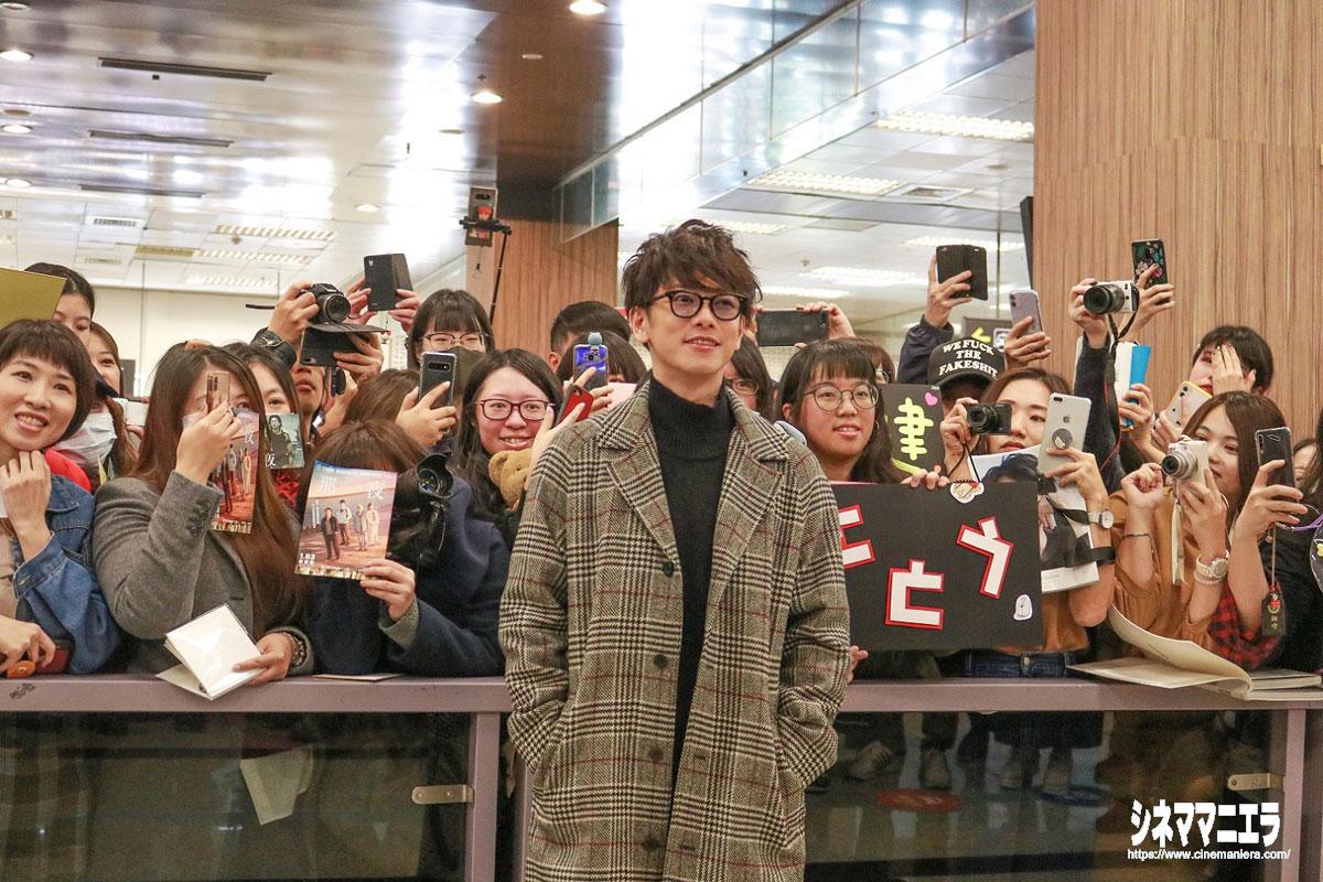 空港でファンと撮影に応じる佐藤健
