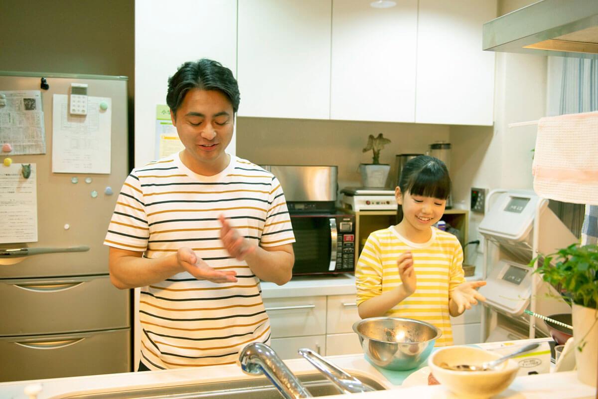 健一と美紀が仲良くキッチンに立つ姿も