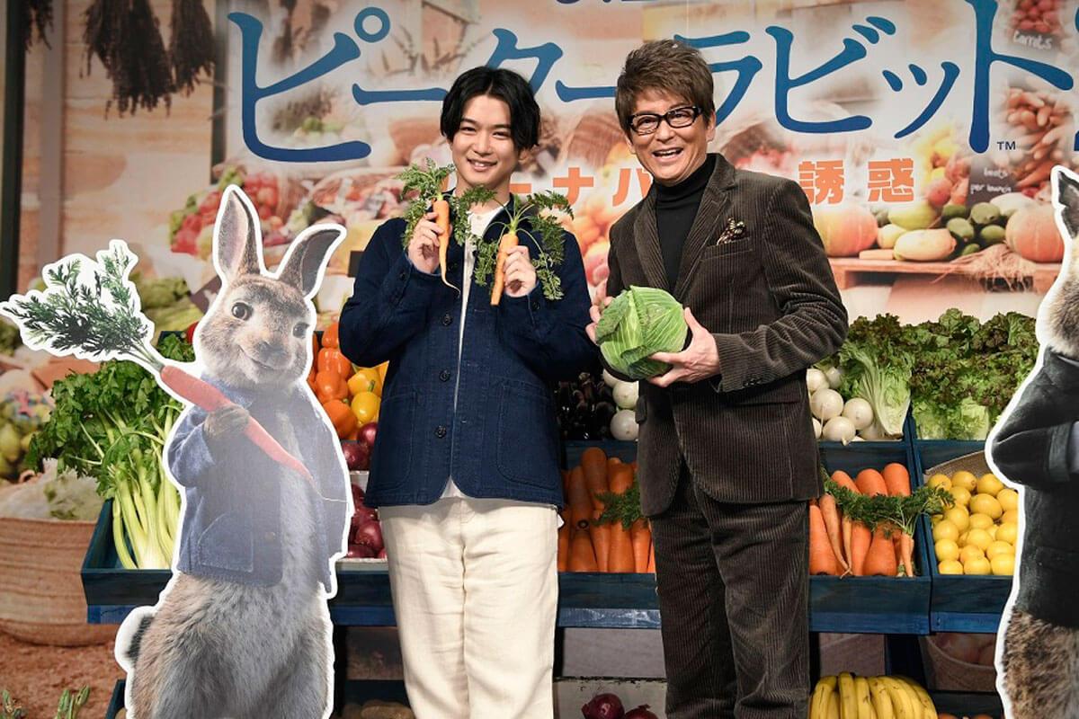 ピーターの好物のニンジンを持つ千葉雄大と、自身の好きな野菜キャベツを持つ哀川翔