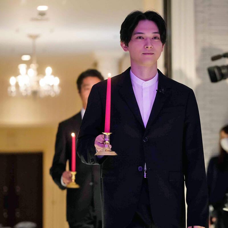 吉沢亮、キャンドルをもって登場