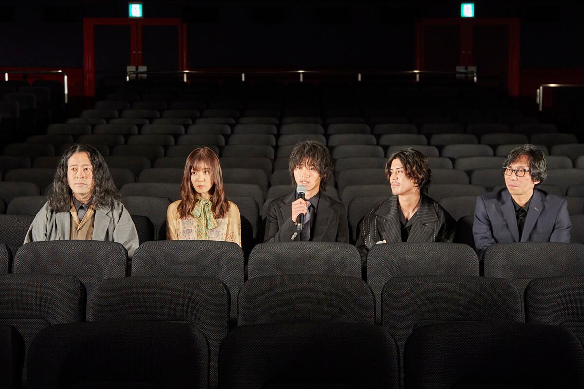 劇場客席に座りトーク