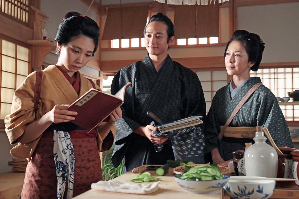 左から澪(松本穂香)、源斉(小関裕太)、芳(若村麻由美)