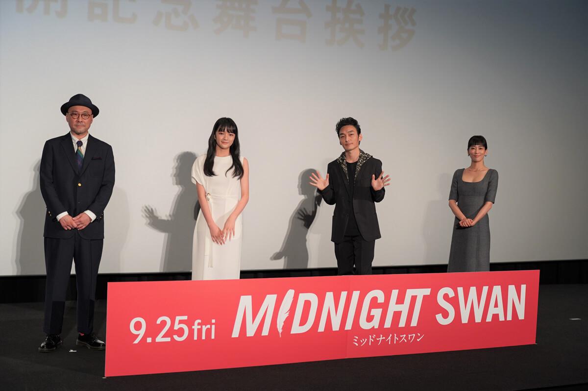 左から内田英治監督、服部樹咲、草彅剛、水川あさみ