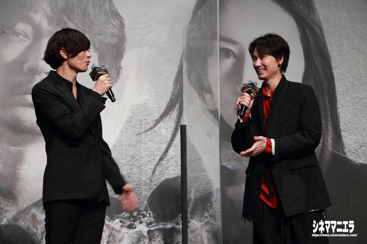 川上洋平と綾野剛、笑顔でトーク