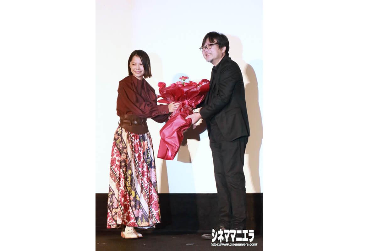 宮﨑あおいが細田守監督にお祝いの花束を贈呈