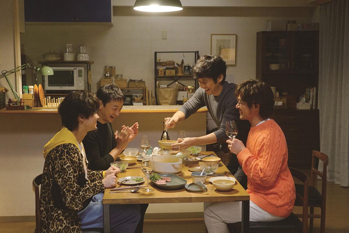 小日向大策(山本耕史)と井上航(磯村勇斗)カップルと食事をするシロさんとケンジ